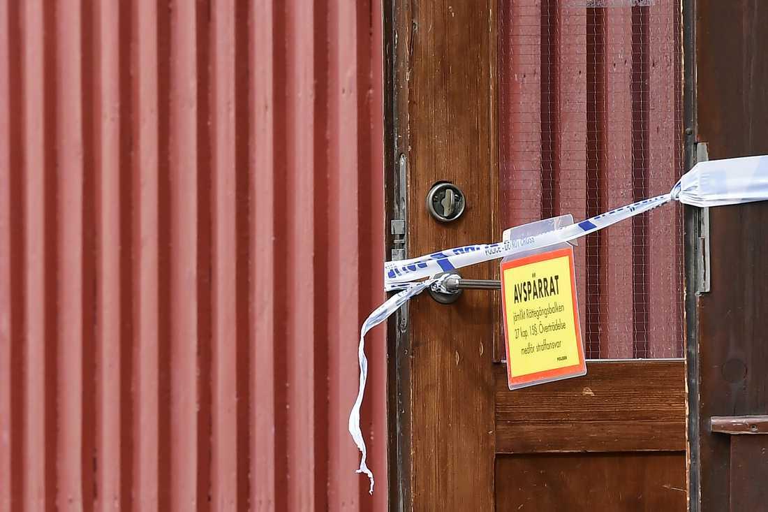 Polisavspärrningar vid huset i Eksjö, där kvinnan och barnet hittades i mitten av augusti. Arkivbild.