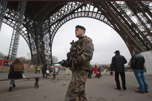 Franska soldater patrullerar under Eiffeltornet – befarar terrorattacker mot offentliga byggnader och transporter
