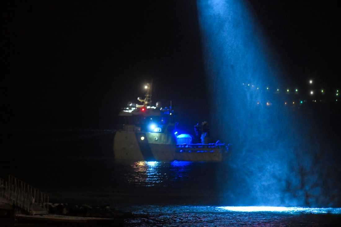 Båtar och helikoptrar deltar i en sökinsats.
