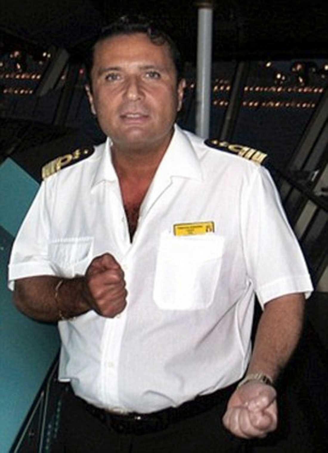 MINGLADE I BAREN Inte nog med att kaptenen Francesco Schettino, 52, ska ha suttit och minglat i baren. Att han dessutom var först av fartyget efter olyckan har väckt stor vrede hos det italienska folket.