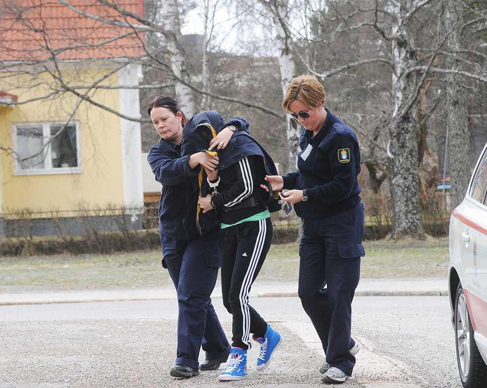 Den åtalade 29-åriga kvinnan förs in till häktningsförhandlingar i Hudiksvalls tingsrätt.
