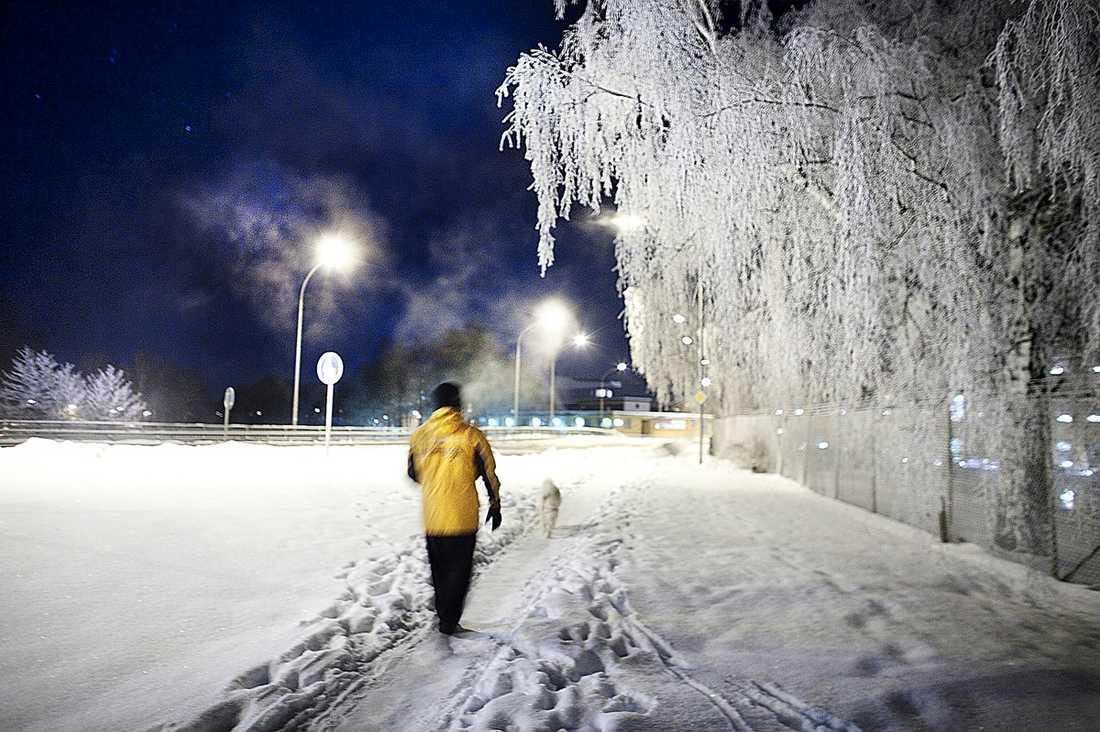 """FROSTEN BITER SIG FAST Ännu mer kyla är på ingång. I början av veckan blir det minusgrader i hela landet – temperaturer som fortsätter att krypa neråt på termometern under hela veckan. Just nu har Sverige det högsta lufttrycket på 40 år. """"Högtrycket ligger som fastlåst över Sverige"""", säger Anna Hagenblad, meteorolog på SMHI."""