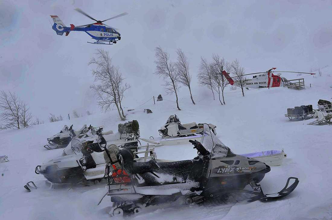Det svåra vädret har ställt till med stora problem för räddningsinsatsen.