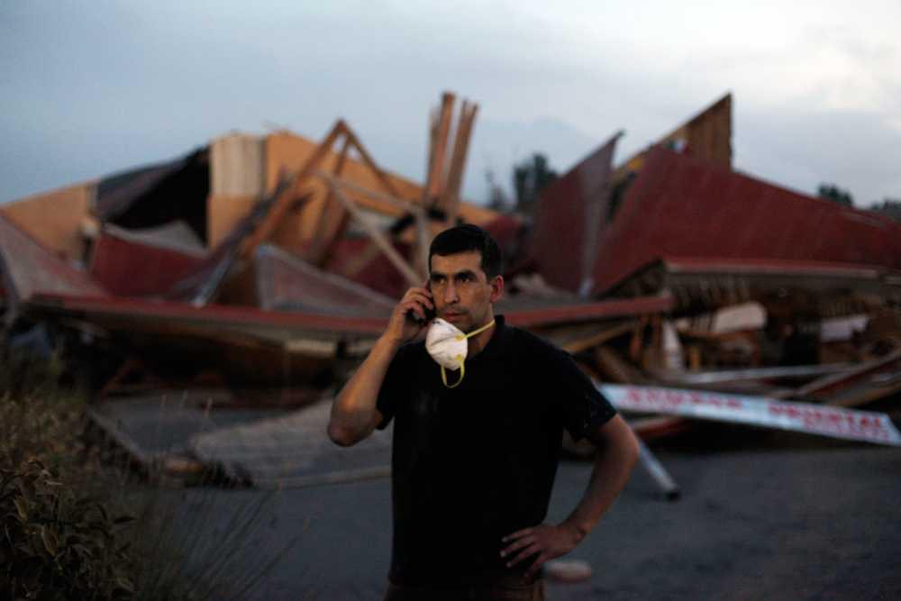 Restaurangen i bakgrunden förstördes av askans tyngd när den föll över staden Puerto Varas.