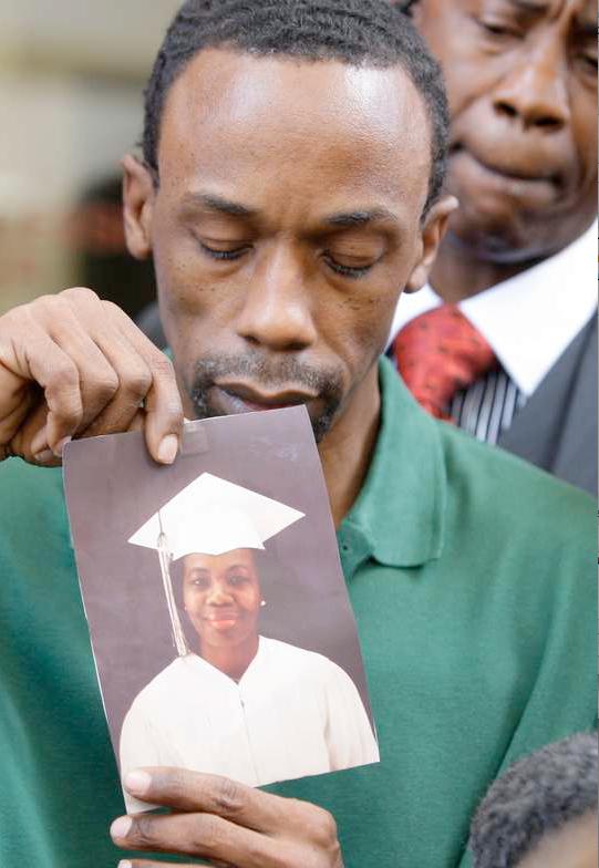 Oskyldigt dömd Michael Anthony Green visar upp en bild på sin mamma för den samlade presskåren. Mary Ann Strait dog under de 27 år som hennes son satt fängslad för ett brott han inte begått och fick aldrig se honom få rättvisa.