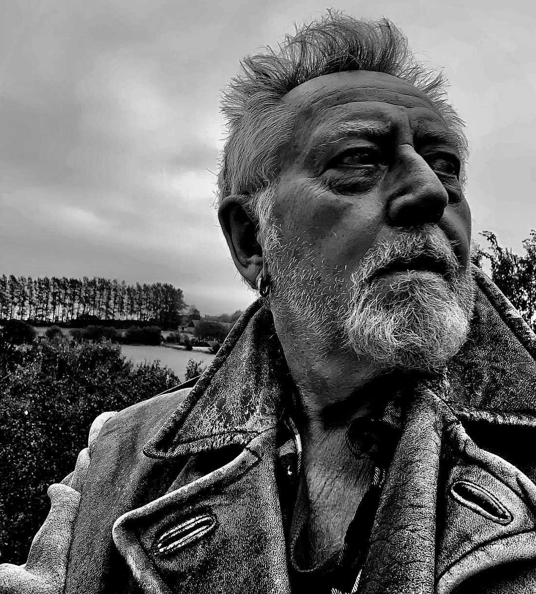 """Ulf Lundell, 70, funderar på livet, kvinnorna och spriten från sin horisont på den skånska slätten. """"i grinigheten finns det energi. 'Vardagar 3' är rolig läsning, ofta väldigt rolig"""", skriver Carsten Palmær."""