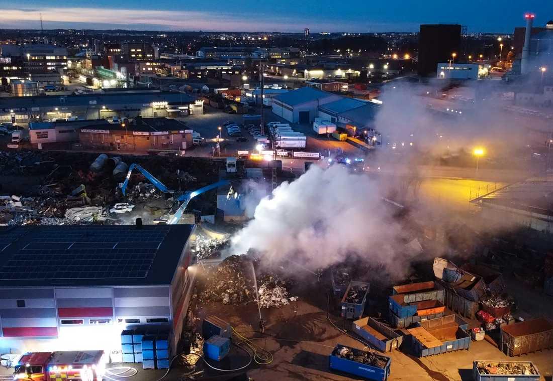 Det brinner på en bilskrot i Uppsala.