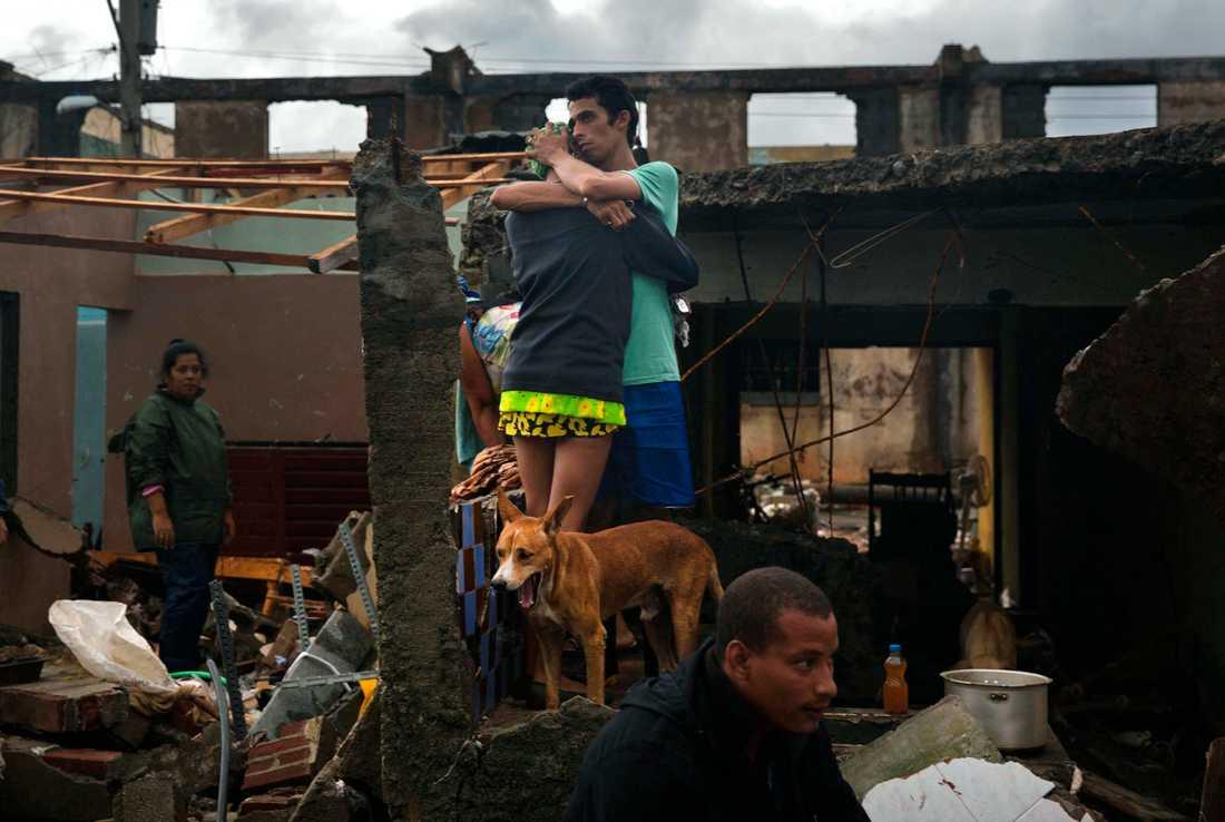 Ett par kramar om varandra efter att deras hem i Baracoa på Kuba förstörts av orkanen Matthew.