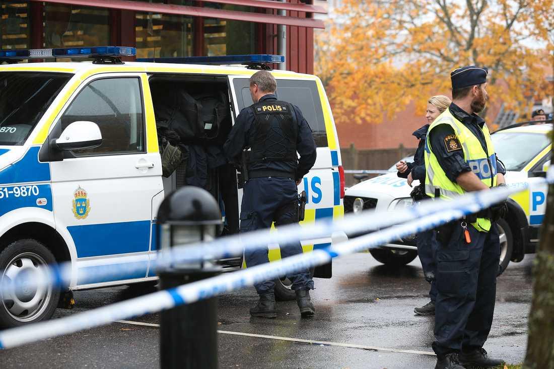 Polisen spärrade av och gick igenom skolan efter gripandet för att undersöka om fler är skadade.