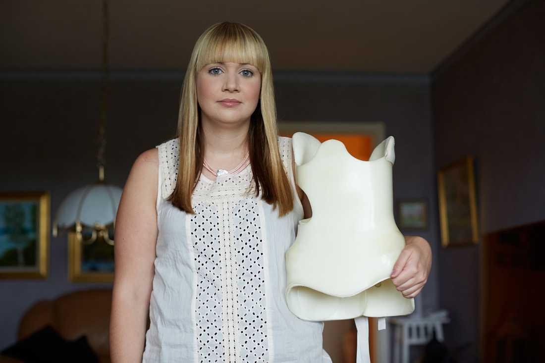 ÅR 2014: Korsetten i hårdplats som Linda måste bära 23 timmar om dygnet som elvaåring innan hon opererades.