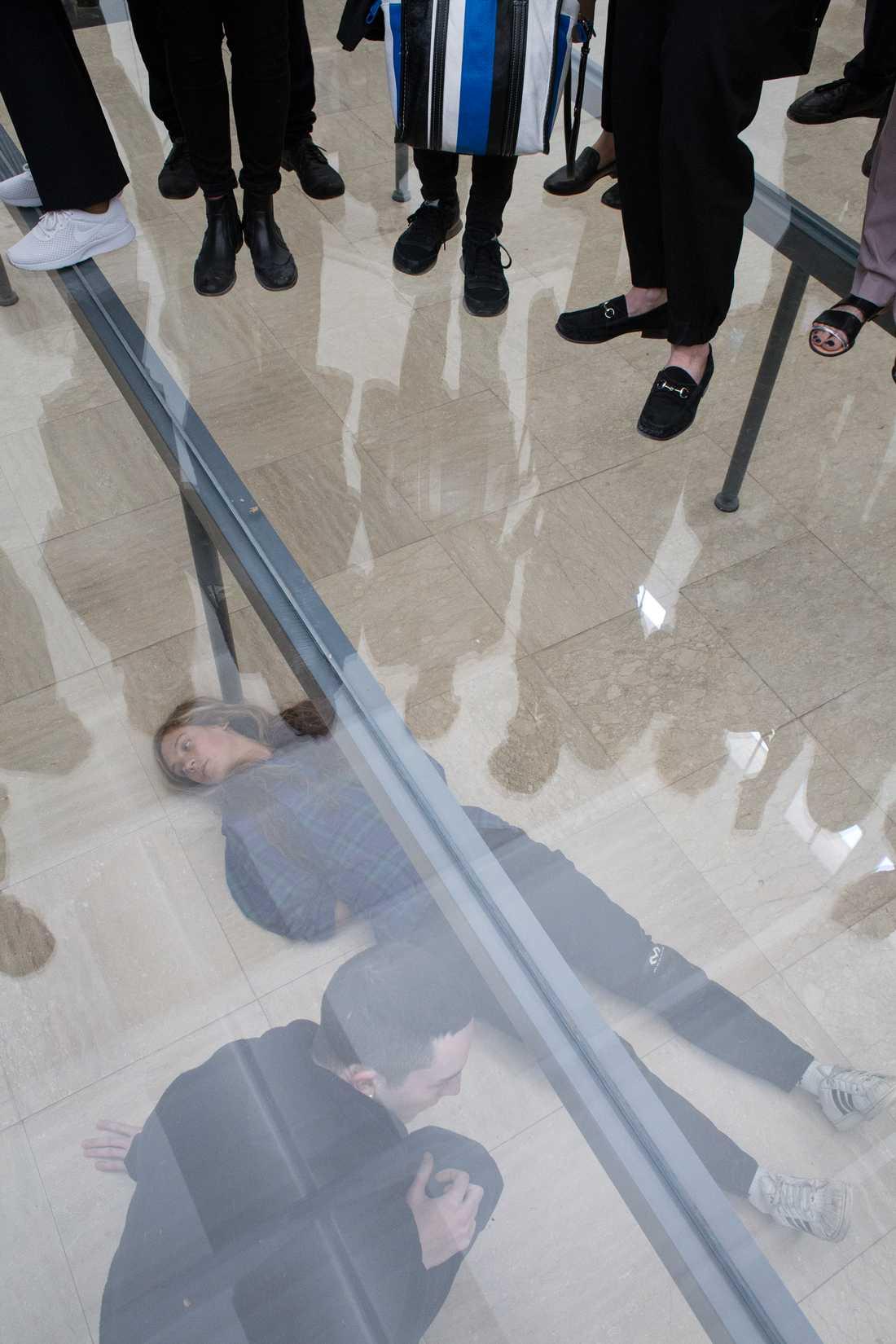 """Anne Imhofs installation """"Faust"""" i den prisvinnande tyska paviljongen"""