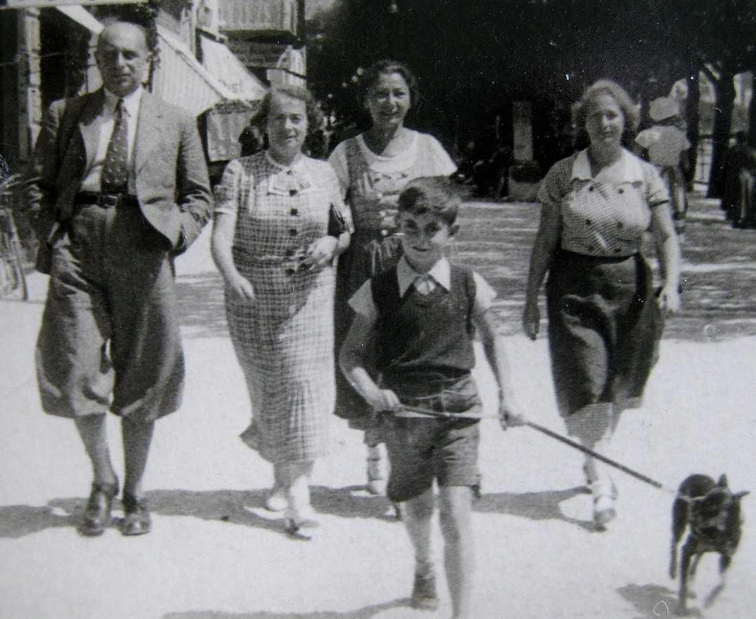 Otto Ullmann (längst fram) med sin familj före flykten till Sverige. Till vänster några av de 500 brev som ligger till grund för Elisabeth Åsbrinks bok.