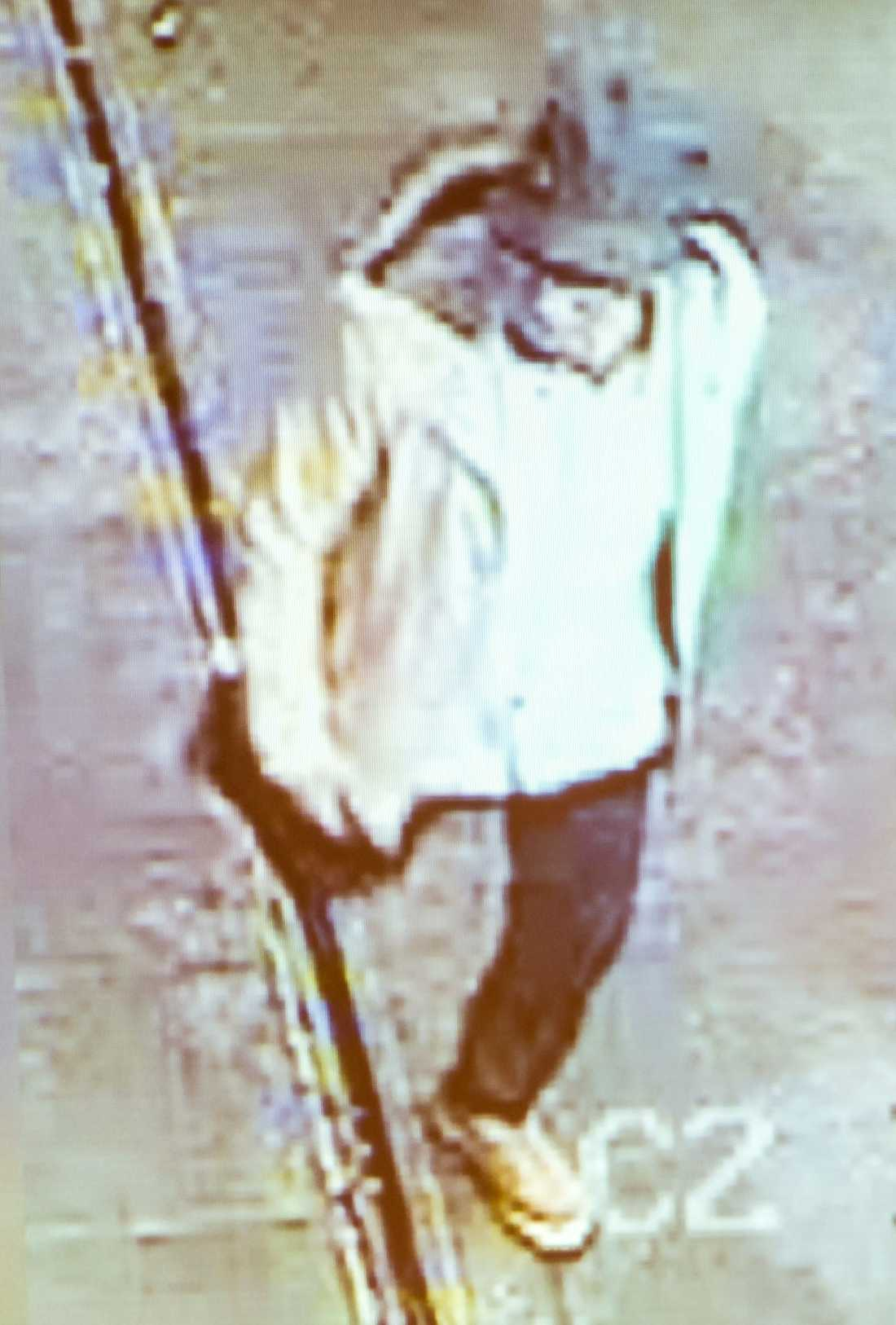 Mohammed Abrini kopplas terorrdåden i Bryssel och Paris. Nu erkänner han själv att han är mannen i hatt – som fångades på bild i Zaventem-flygplatsen innan sprängladdningarna detonerade. Här fångad på bild efter att ha flytt flygplatsen.