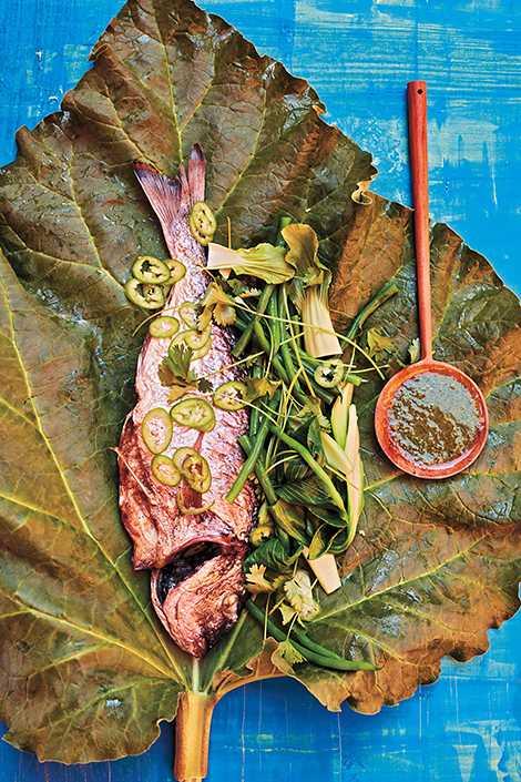 Helgrillad havsabborre med gröna grönsaker