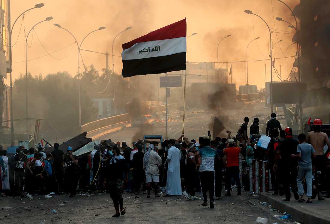 Aktivister har blockerat vägar och torg i Iraks huvudstad Bagdad.
