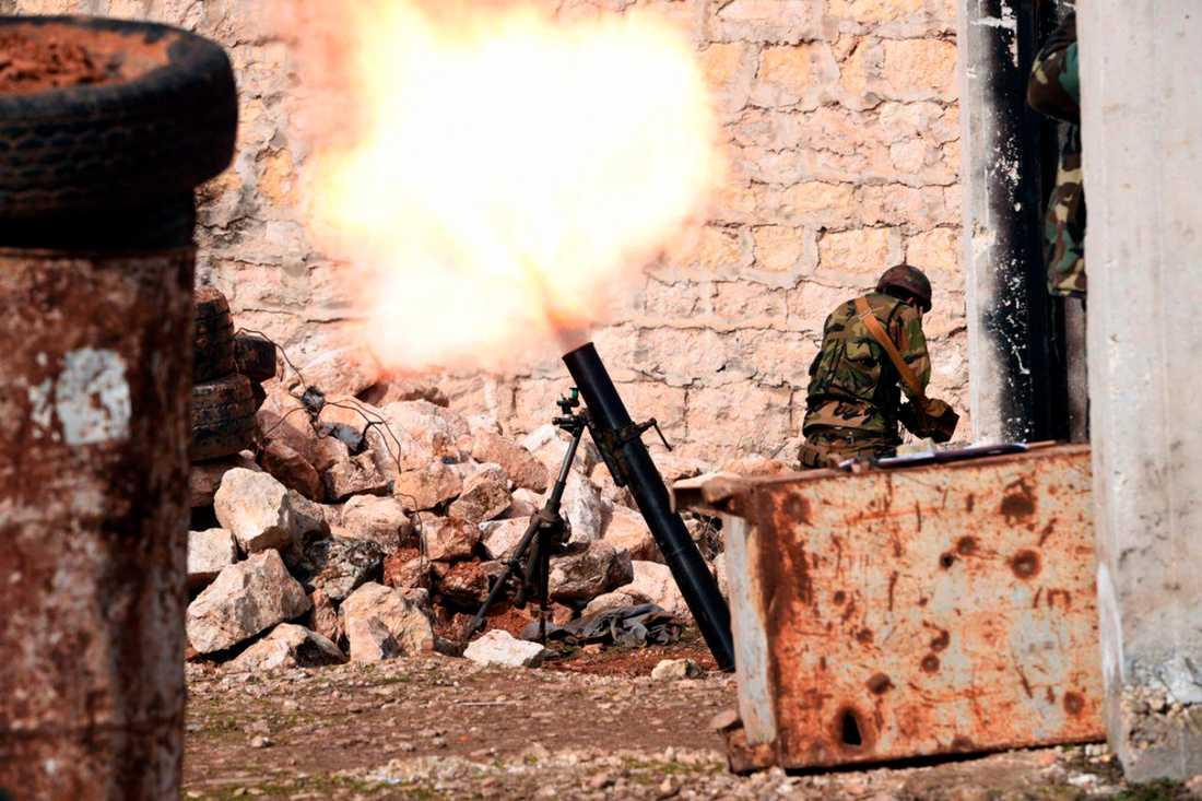 En bild från den statliga syriska nyhetsbyrån Sana den 27 januari visar en regeringssoldat som avfyrar en granat i västra Aleppo.