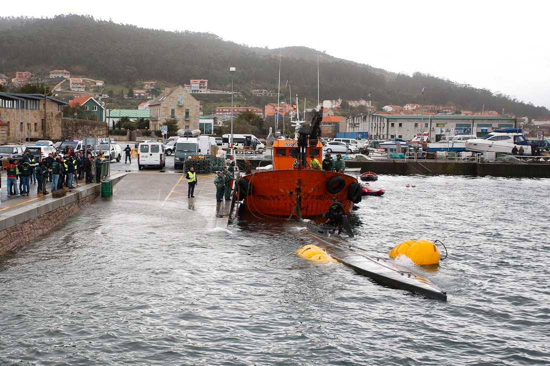 Spansk polis bogserar en ubåt, som försökt smuggla knark in i landet, till hamnen i Aldan i nordvästra Spanien. Tillslaget gjordes i november. Arkivbild.