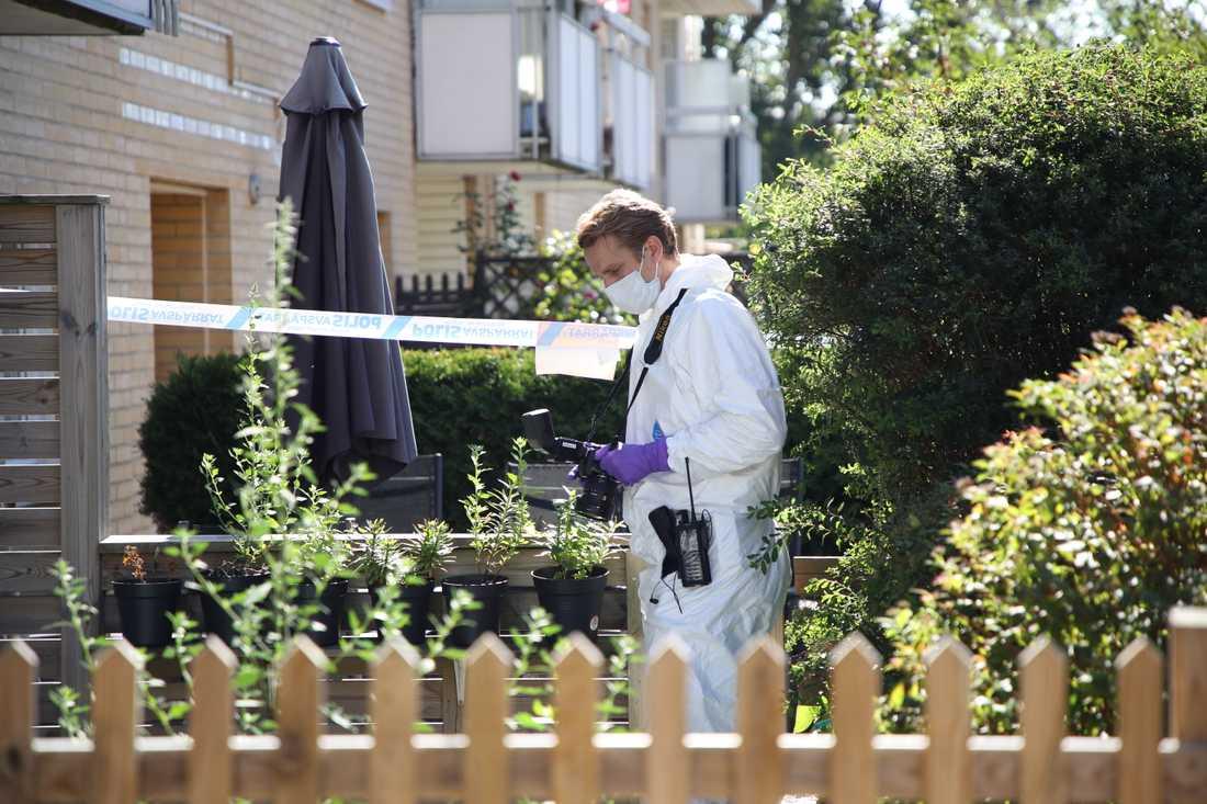 Rättstekniker utanför den byggnad där tre personer – en mamma och två barn – hittades döda i Västra Frölunda.