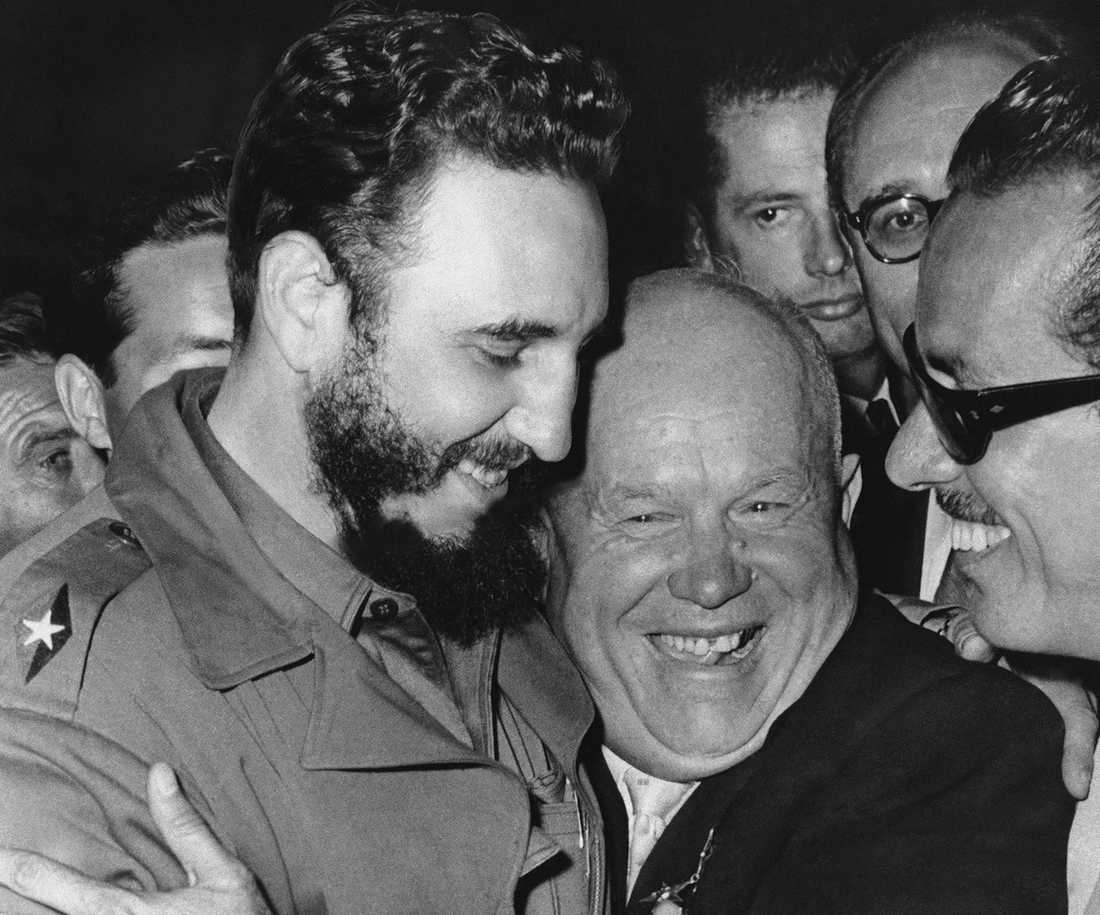 Fidel Castro och Sovjetunionens ledare Nikita Chrusjtjov kramar om varandra i september 1960.