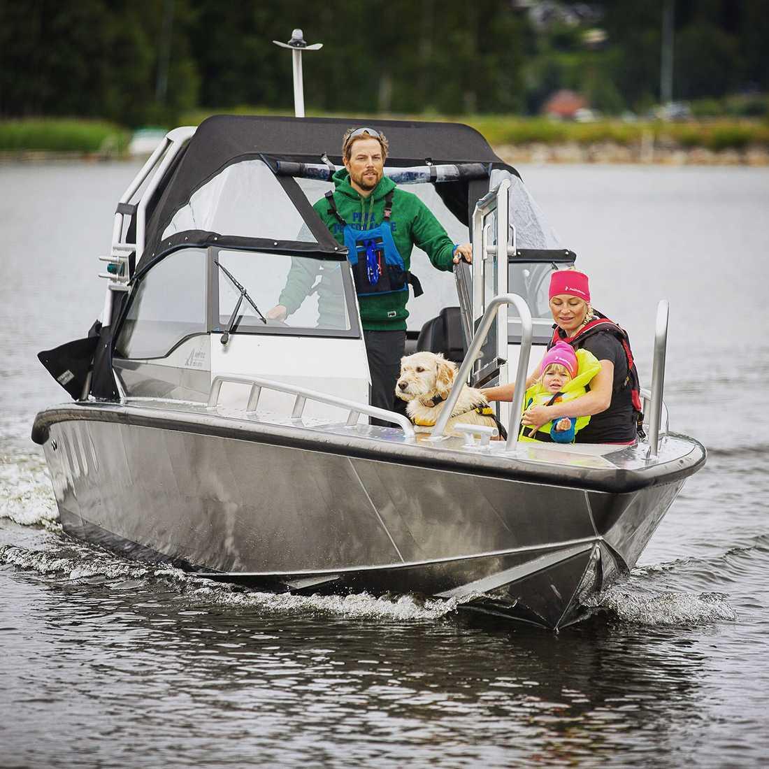 Hela familjen på båttur.