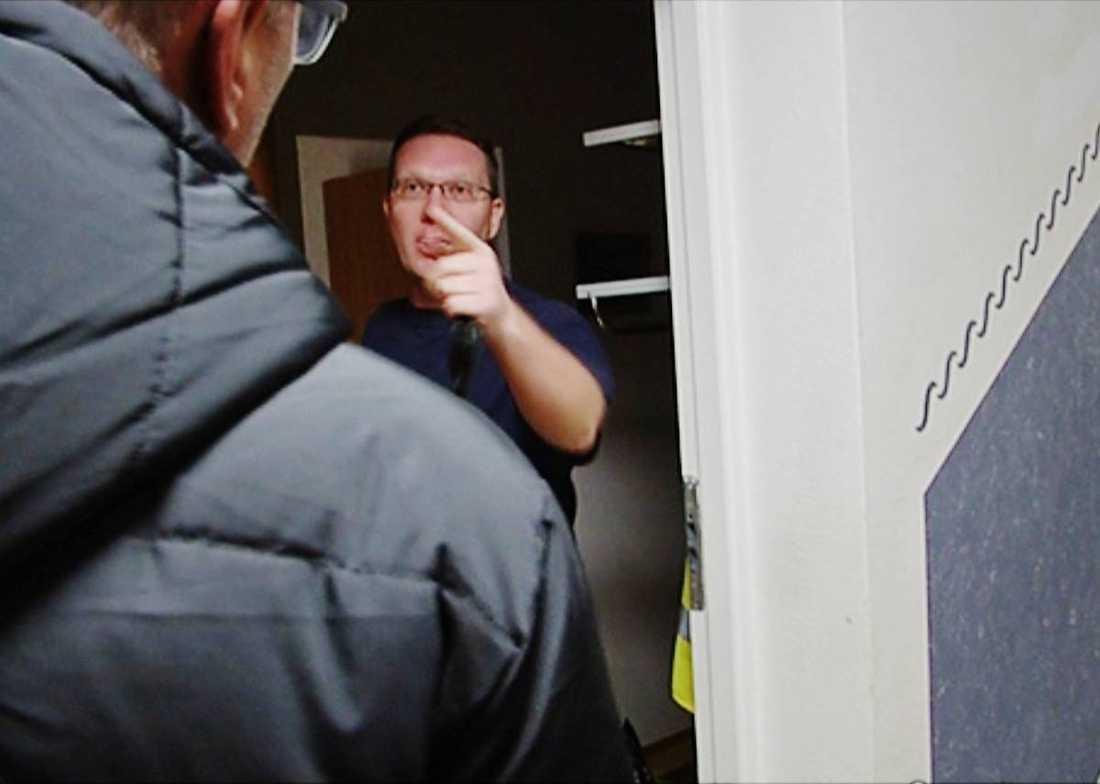 När expolitikern konfronteras hotar han med polis och stänger dörren innan Aftonbladet hinner fråga vilka åsikter han står för.