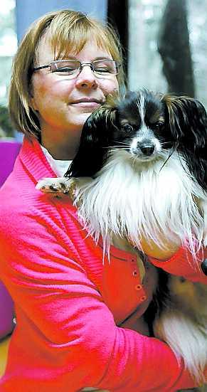Mervi Kärki med sin hund.