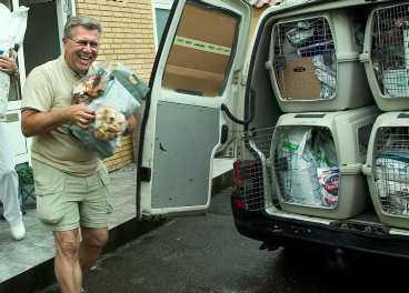 bullar upp Stefan Rasmussen packar bilen full med 800 kilo hundmat för färden mot Grekland, där han ska hämta herrelösa hundar.
