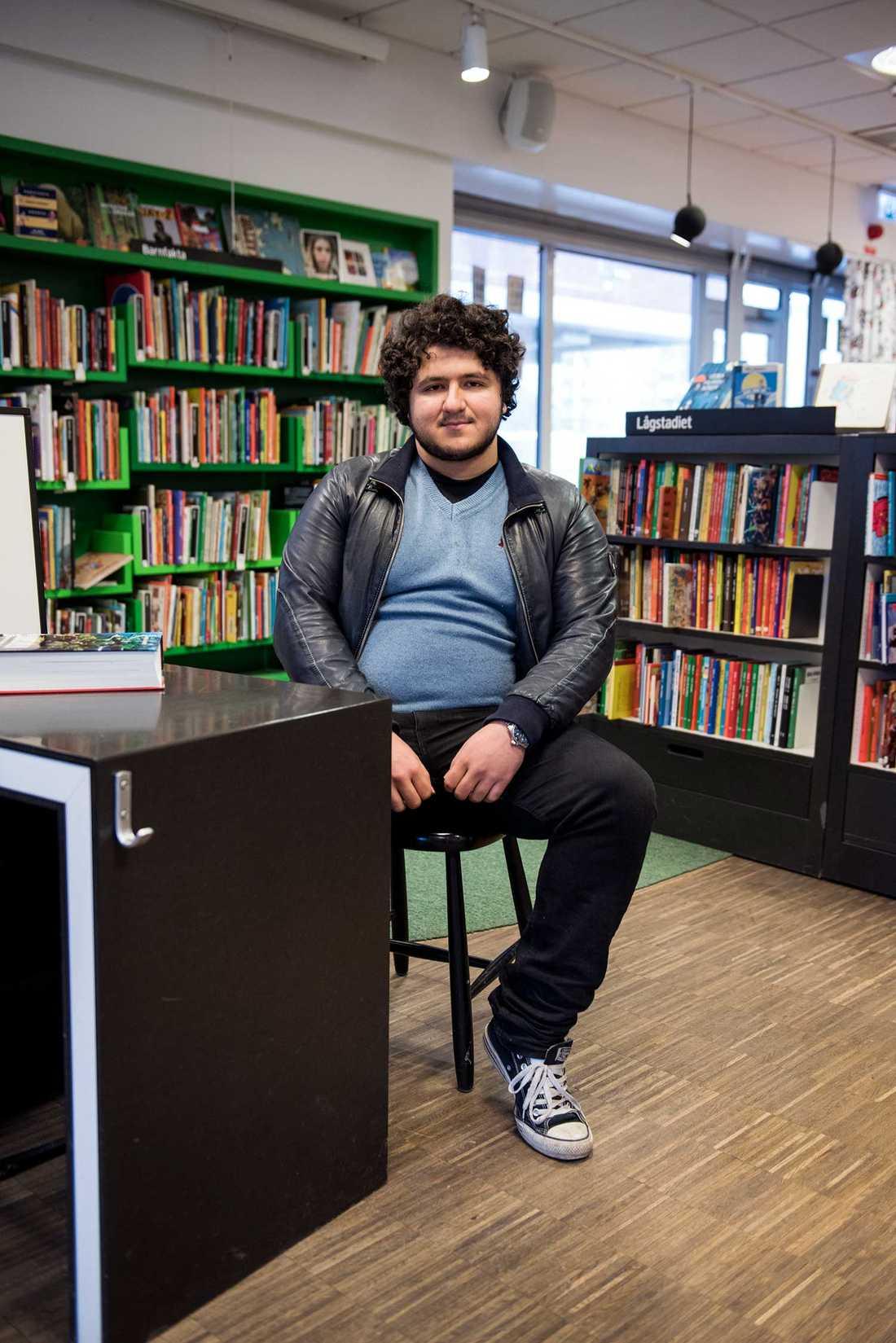 """""""Lärarna är inte så ambitiösa i Bredäng"""", säger Burak Öz, 21."""
