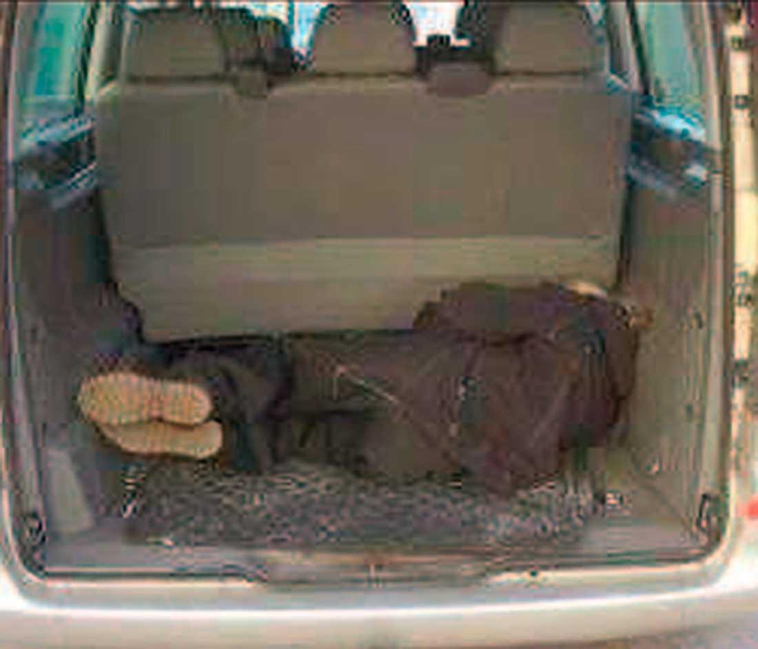 Taxichauffören visar hur han fick ligga i bilen. Från polisens förundersökningsprotokoll.