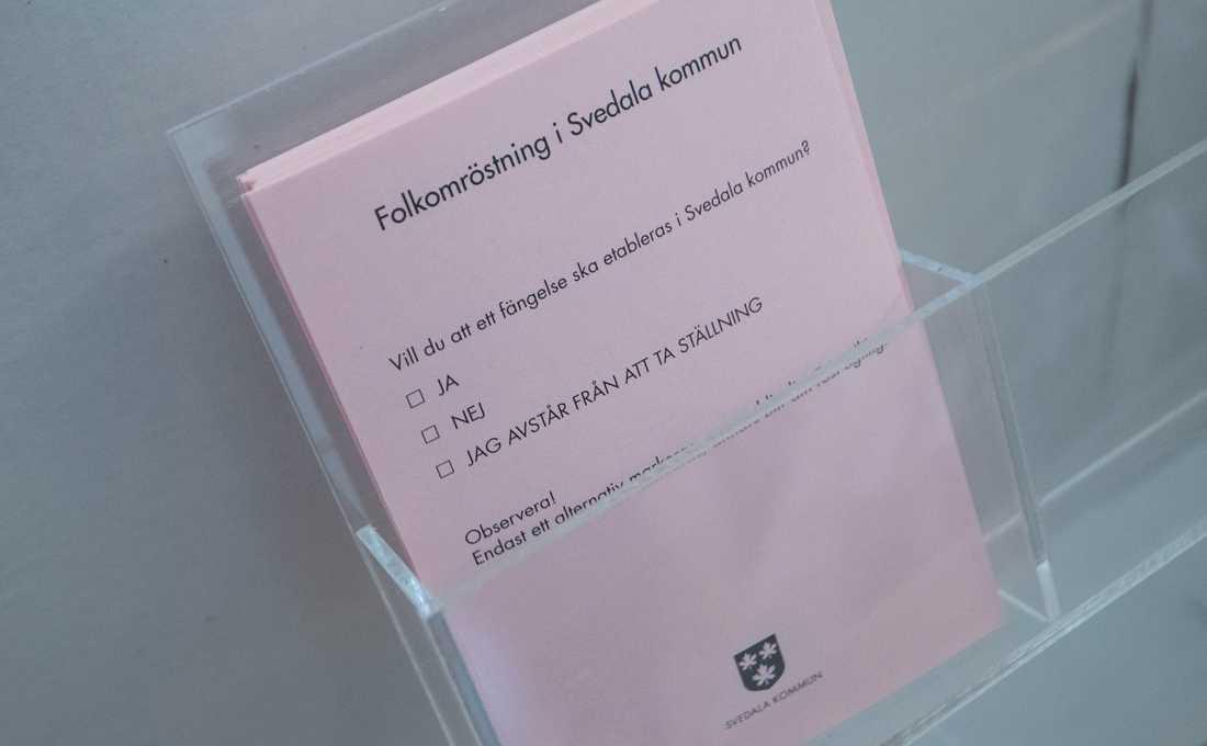 Rosa valsedel i folkomröstningen i lokalen för förtidsröstning vid Stortorget i centrala i Svedala.