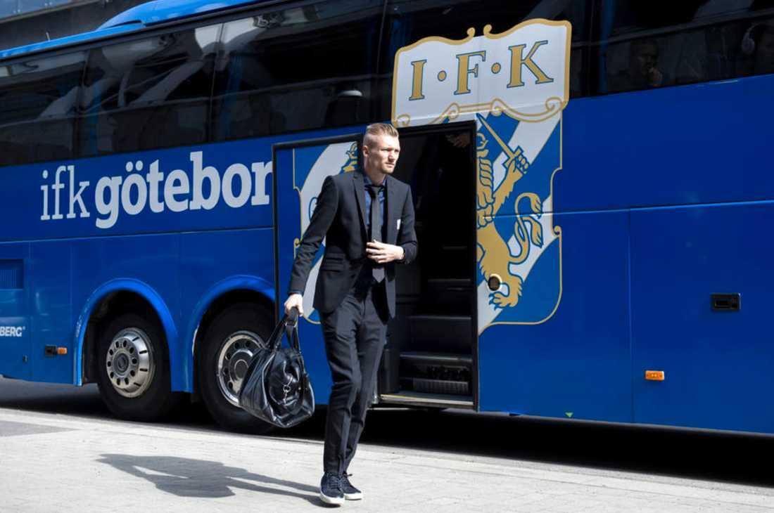 Sebastian Eriksson anländer till arenan.