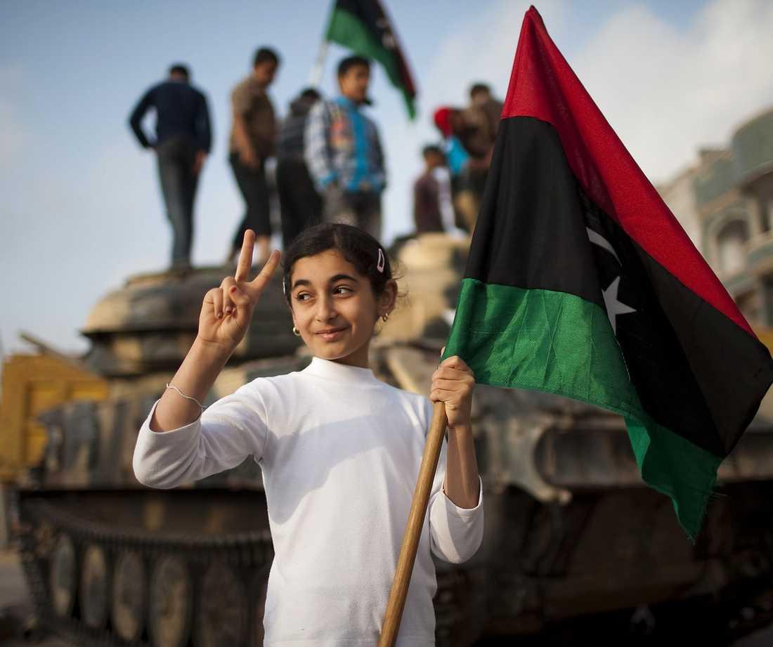 SEGERSÄKER En flicka i rebellfästet Misrata gör oppositionens segertecken. Andreas Malm går till attack mot vänstersympatisörer som stödjer Gaddafi och förnekar brott mot mänskligheten.