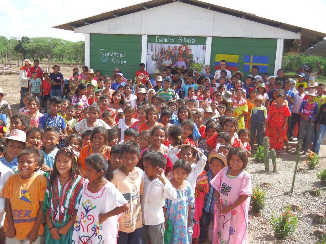 Skolorna byggs av cementplank med hjälp av lokalbefolkningen.