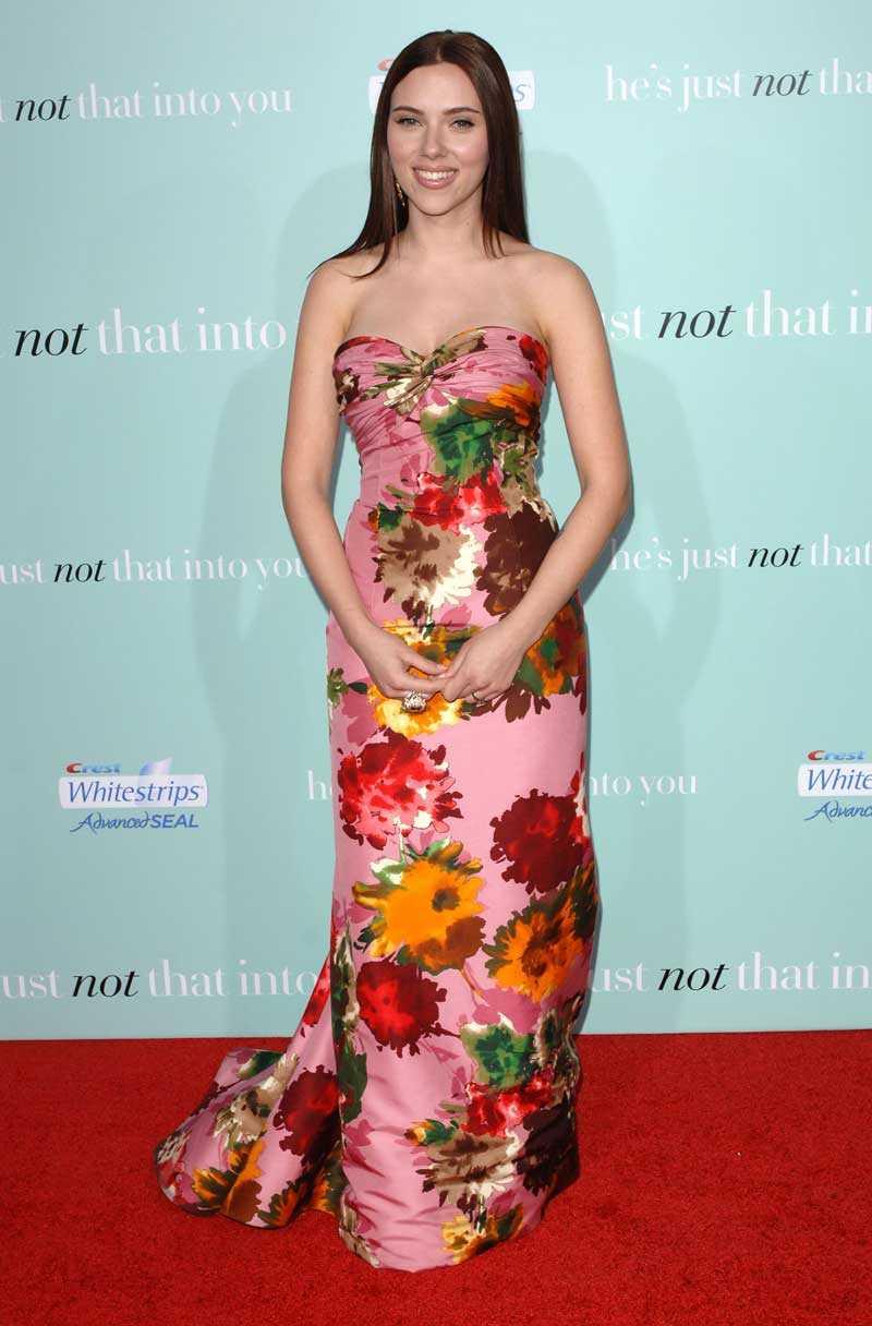 Oscar de la Renta fick äran att svepa in Scarlett Johansson i blomster.