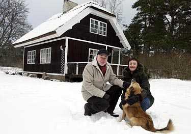 drömhus vid havet I Lettland räcker Peo Jonssons pension både till en femrummare i stan – och ett härligt sommarhus vid havet. – Det kostade en tredjedel av ett hus på västkusten i Sverige. Stranden är lika fin som vid Medelhavet och 60 mil lång, säger Peo.