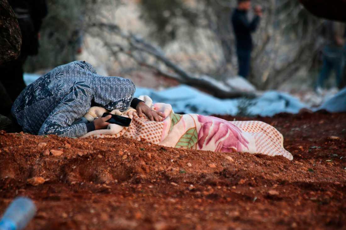 En syrier sörjer sin döda mor efter en flygattack mot deras hem i Sarmin i Idlib den gångna helgen.