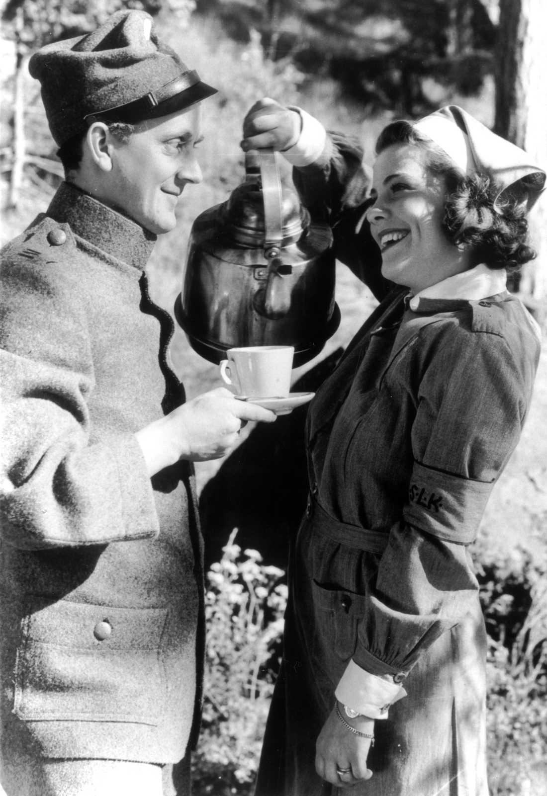 """1939 Sickan tillsammans med Åke Söderblom under inspelningen av """"Landstormens lilla lotta""""."""