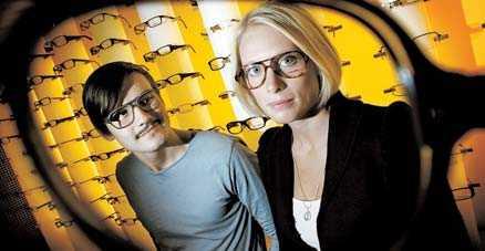 """Anders Åkergren och Karin Tollbäck gör tummen upp för höstens glasögonmode. Nyckelorden är """"större"""", """"nördigare"""" och """"plastigare""""."""