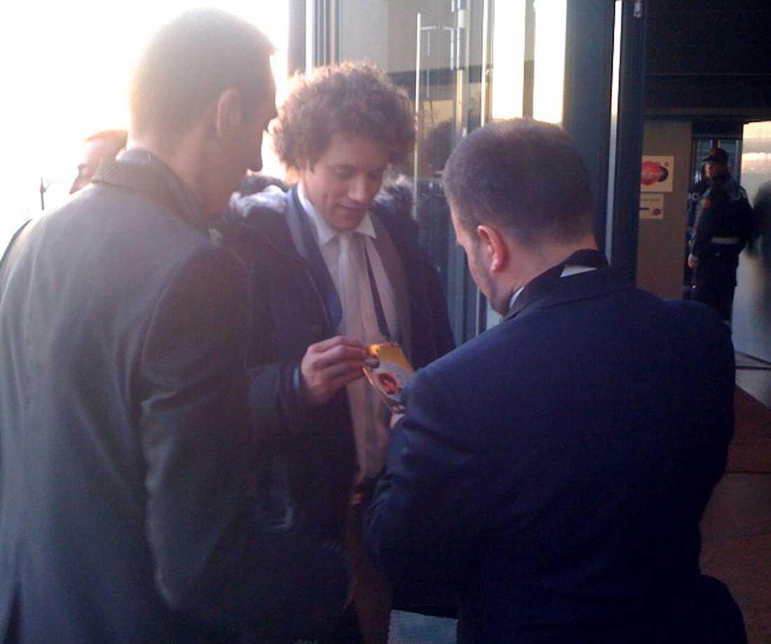 Daniel Diges på väg in i arenan igen efter att ha blivit intervjuad av spansk tv.