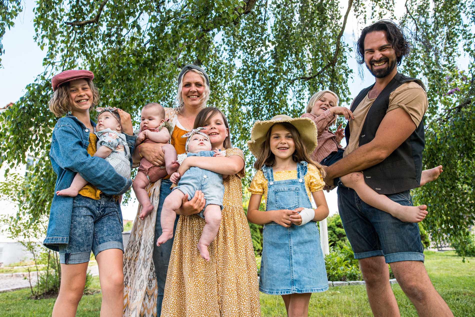 Judith med Margit, Sofia med Aina, Signe med Ines, Märta, Elis och Sebastian Kinnander.