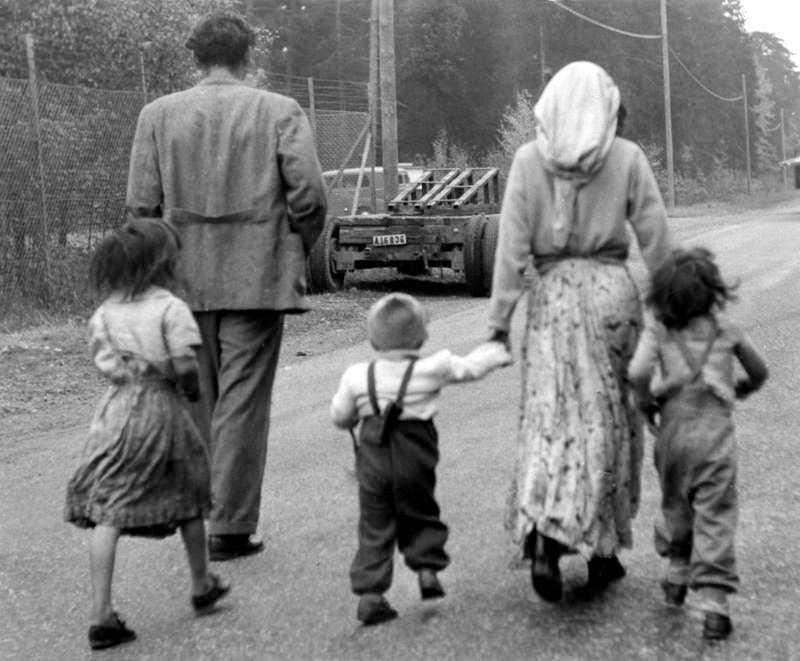 DÅ En romsk familj vräks från sitt tältläger i Mälarhöjden, Stockholm 1951.