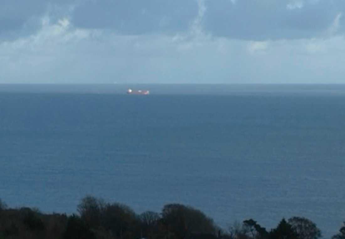 Den brittiska kustbevakningen meddelar att man sänt räddningshelikoptrar till fartyget.