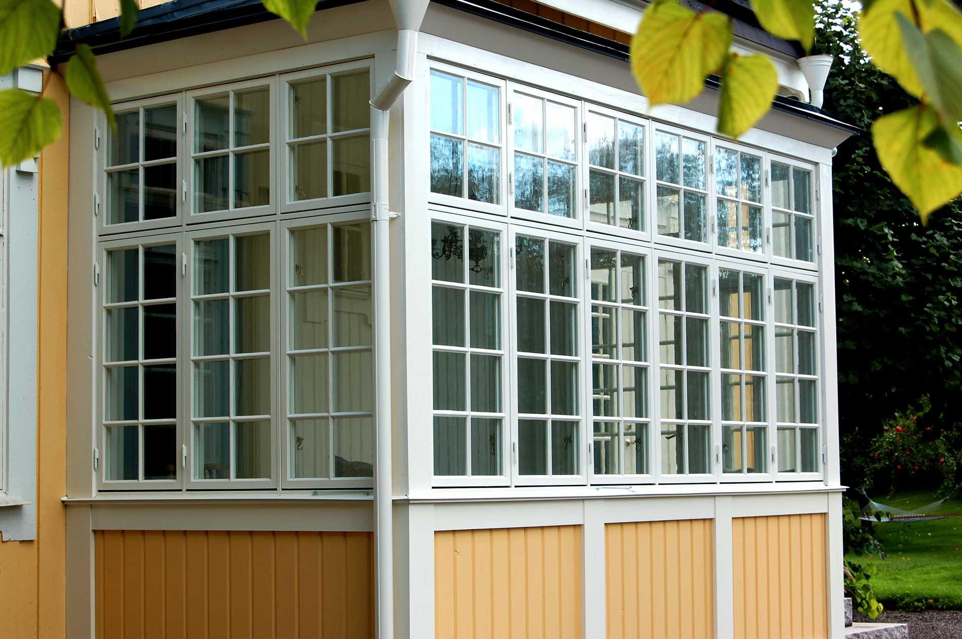Traditionell verandaspröjs med småfönster. Till höger ett fint herrgårdsfönster.