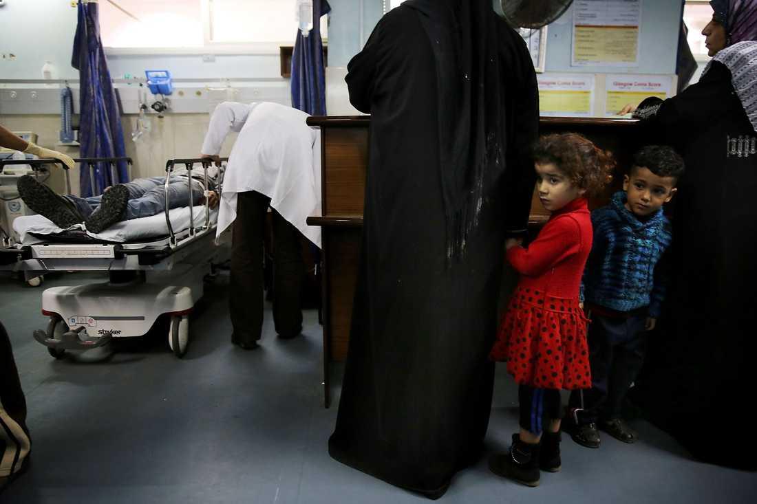En liten flicka och en pojke på al-Shifa-sjukhuset mitt i Gaza City.