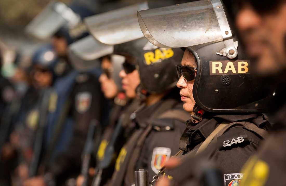 Polisen i Bangladesh anklagas för att använda tortyr mot meningsmotståndare. Bilden är tagen vid ett annat tillfälle och poliserna som syns på bilden har inget med artikeln att göra.