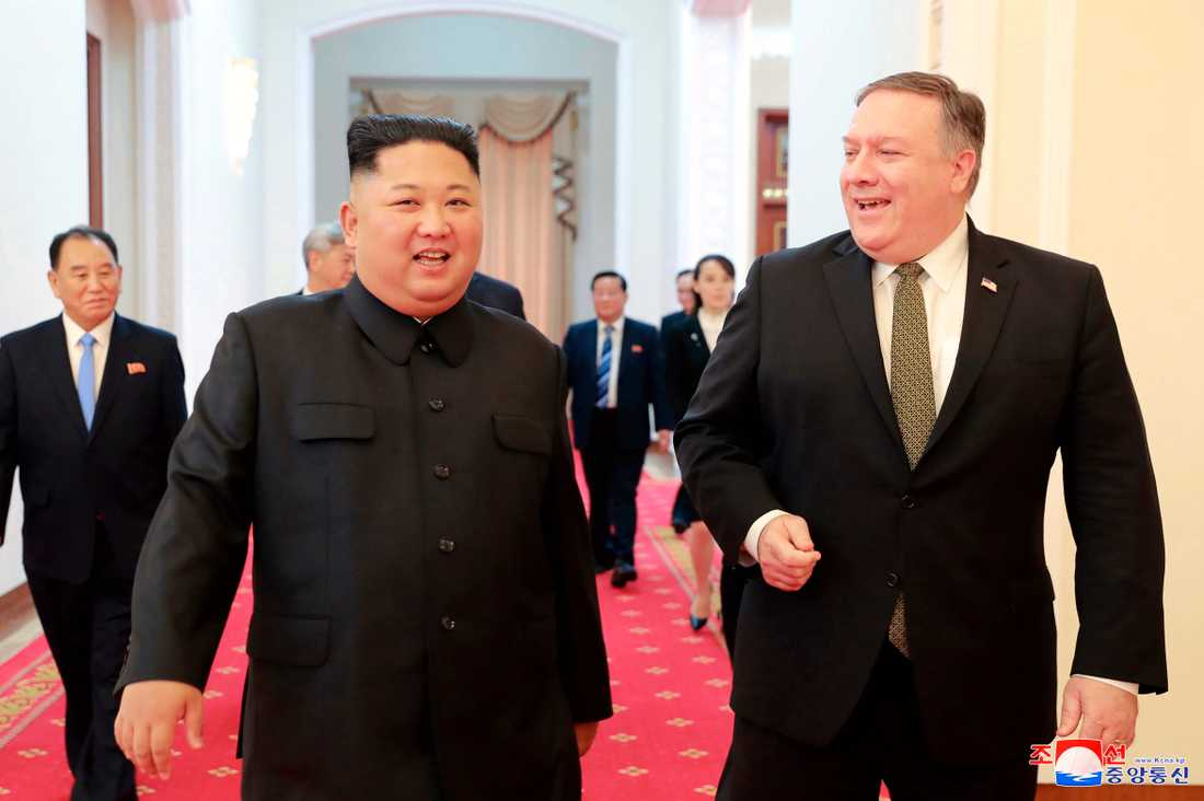 USA:s utrikesminister Mike Pompeo med Nordkoreas ledare Kim Jong-Un inför mötet i Pyongyang i söndags.