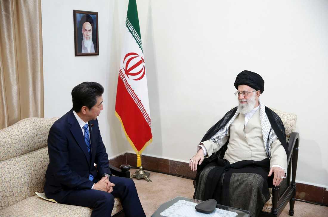 Japans president Shinzo Abe samtalar med ayatolla Ali Khamenei på denna bild tillhandahållen av ayatollans kansli.