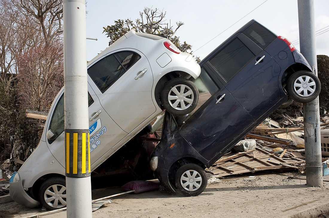 övergivet Överallt i Ishinomaki hänger och ligger det bilar i de mest osannolika ställningar.