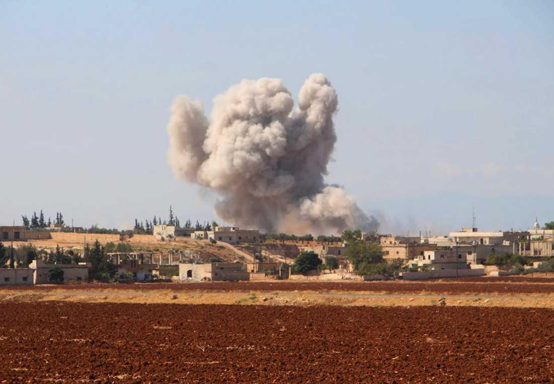 En bild från den oppositionella civilförsvarsgruppen Vita hjälmarna visar rök efter ett flyganfall mot en by nära Idlib. Arkivbild.