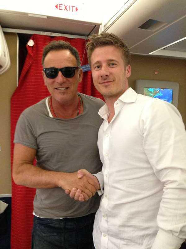 Johan Carlmark med Bruce Springsteen på planet till Oslo.
